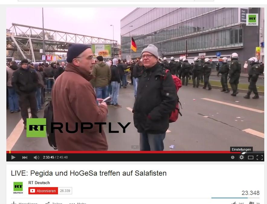 """Helmut Birke (l.), 2015 auf einer Kundgebung der """"Hooligans gegen Salafisten"""" in Wuppertal"""