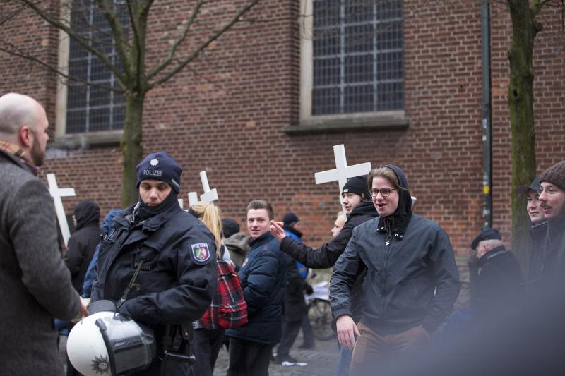 """Leschik (3.v.l.), Malcoci (r.) und weiterer """"Francone"""") beim """"1000 Kreuze Marsch"""" im März 2018 in Münster"""