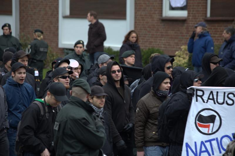 Malcoci (links) im vordersten Block des Aufmarschs am 3. März 2012 in Münster