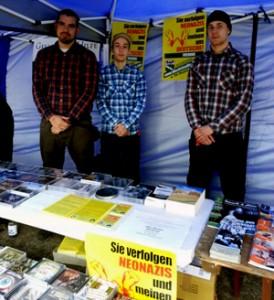 """Malcoci (m.) hinter dem Infostand des Neonazi-Projekts """"Wacht am Rhein"""" beim """"4. Südwestdeutschen Kulturtag"""" der NPD/JN am 13. April 2013."""