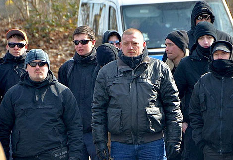 Titus Teichmann (links) 2013 auf einem Naziaufmarsch in Kirchweyhe